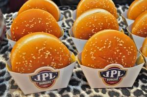 Hambúrguer, queijo e molho barbecue