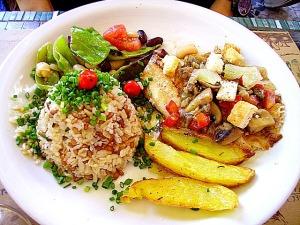 Tilápia grelhada com legumes e croutons