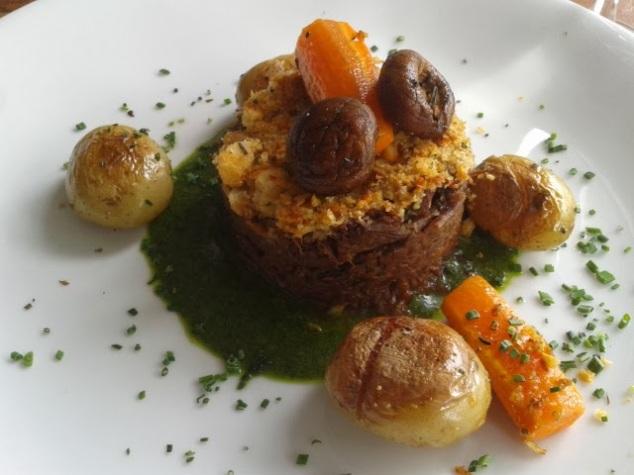 Boeuf à La bourguignone desfiado, batatinhas coradas e mini legumes ao molho de agrião