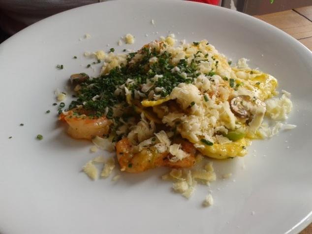 Ravioli de catupiry, camarões grelhados e velouté de shitake